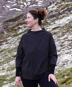 Model trägt Pullover mit Stehkragen und langen Bündchen