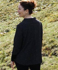 Rückenansicht schwarzer Pullover mit weißen Streifen