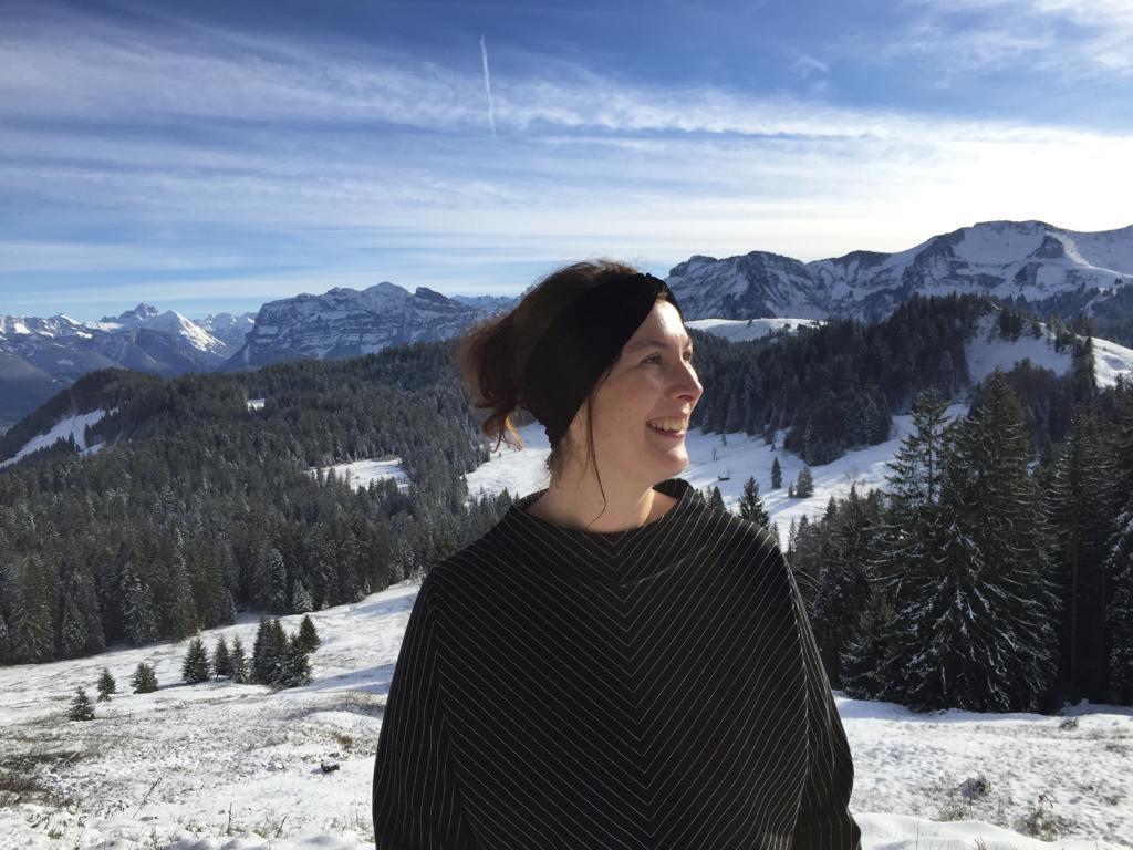 dunkelhaarige Frau in Bergkulisse
